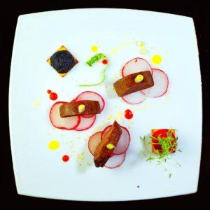 Маринованный телячий язык с соусом шрирача и медом (lengua de ternera en escabeche con shriracha y miel)