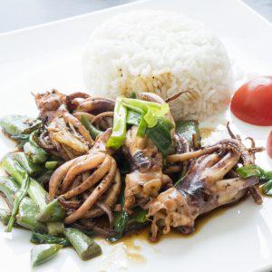 Кальмар с креветочной пастой и черным перцем (meuk pad kapi)