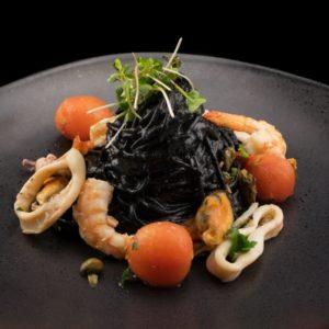 Спагетти с чернилами каракатицы, кальмарами и креветками (SPAGHETTI AL NERO DI SEPPIA CON CALAMARI E GAMBERI)