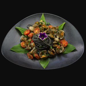 Черные спагетти с моллюссками и помидорами черри (spaghetti al nero di seppia con vongole e pomodorini)