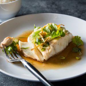 КАНТОНСКАЯ РЫБА НА ПАРУ С ИМБИРЁМ И СОЕВЫМ СОУСОМ (Cantonese Steamed Fish)