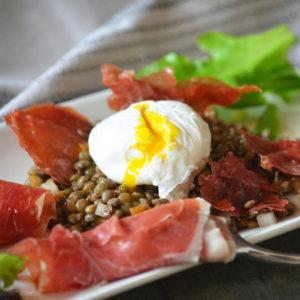 Тёплый салат с яйцом пашот (Salade Tiède à L'oeuf Poché)