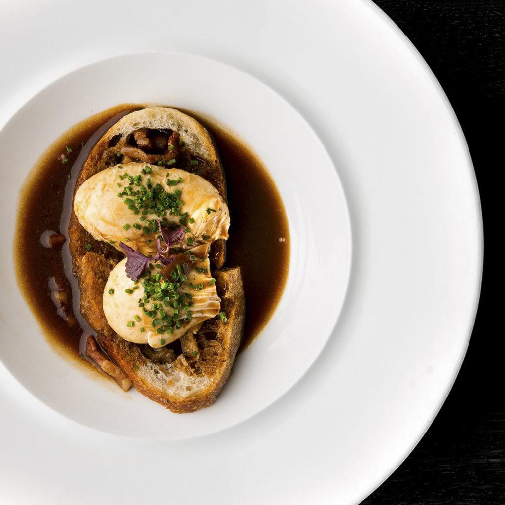 Œufs-meurette-ala-Bourguignonne-pain-grille