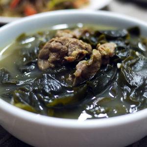 Суп из морской капусты миек-кук (Miyeok-guk 미역국)