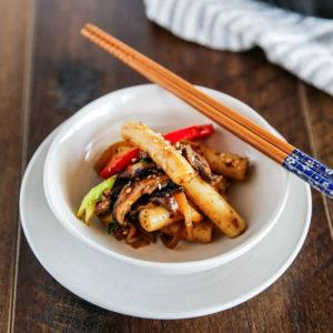 Рагу с острыми рисовыми брусочками Токпокки (Gungjung Tteok-bokki 떡볶이)