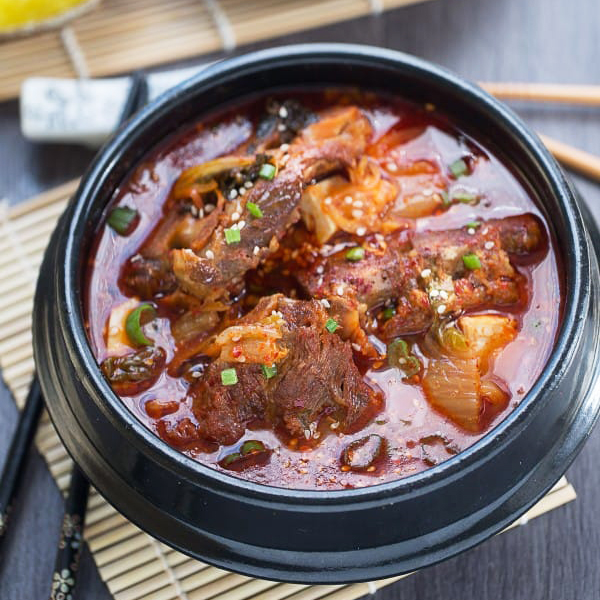 korean-pork-bone-soup-gamjatang-makes-the-perfect-comforting-meal-on-a-chilly-day-e1462714280636