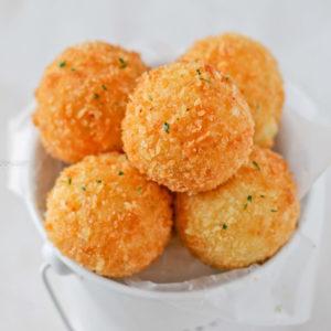 Картофельные шарики с сыром во фритюре