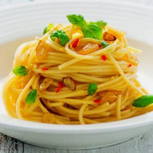 Спагетти с чесноком, оливковым маслом и перцем чили